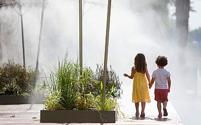Brumisateurs et enfants sur les Berges de Seine