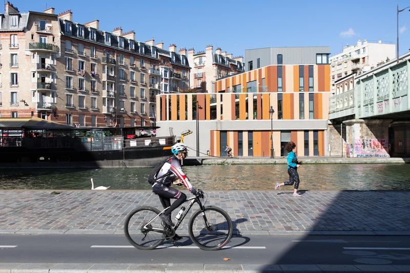 Cycliste canal de l'ourcq au soleil