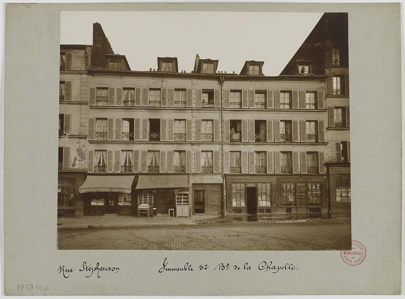 """""""Rue Stéphenson. Immeuble, 52 boulevard de la Chapelle. Paris (XVIIIème arr.)"""". Union Photographique Française. Aristotype à la gélatine. Entre 1895 et 1899. Paris, musée Carnavalet."""