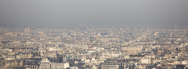 Vue de Paris à travers un ciel pollué