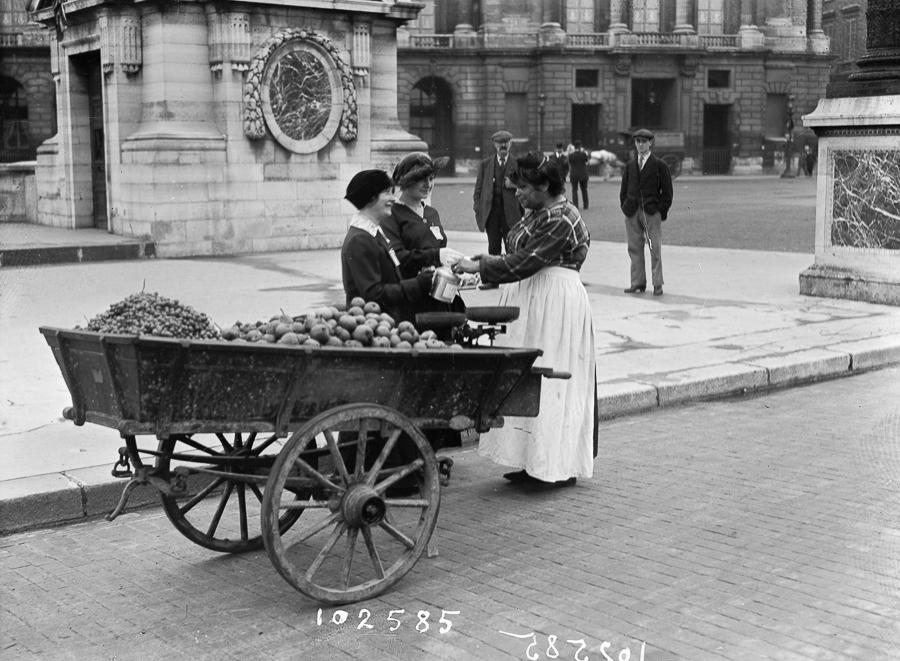 Guerre 1914-1918. Marchands des quatre saisons et jeunes femmes quêtant pour les blessés de la bataille de Champagne.