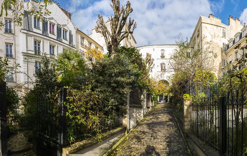 Vue sur la Villa des Poissonniers par l'entrée au 41 rue Polonceau Paris  18eme