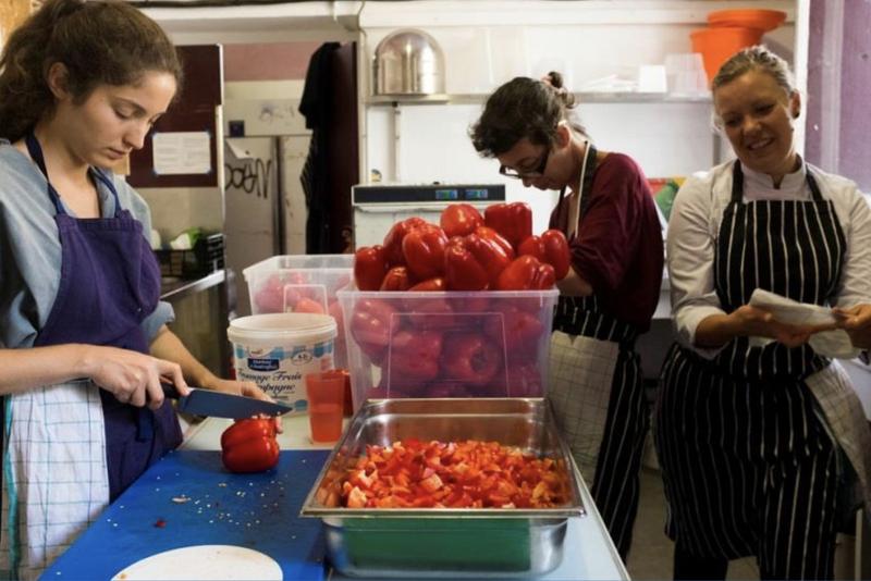 Cantine solidaire & ateliers de cuisine anti-gaspi sur le site des Grands Voisins dans le 14ème