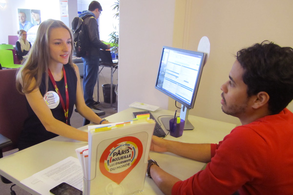 Lidia travaille au lieu d'accueil des étudiants étrangers