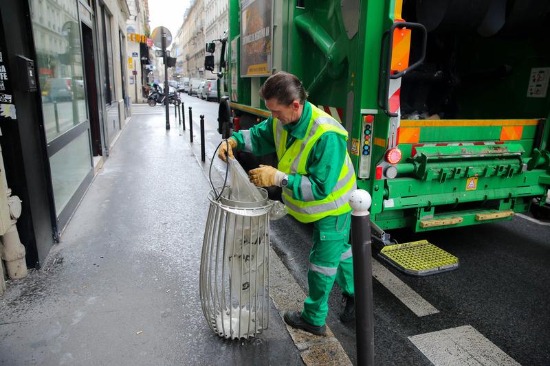 éboueur - corbeille de rue - propreté
