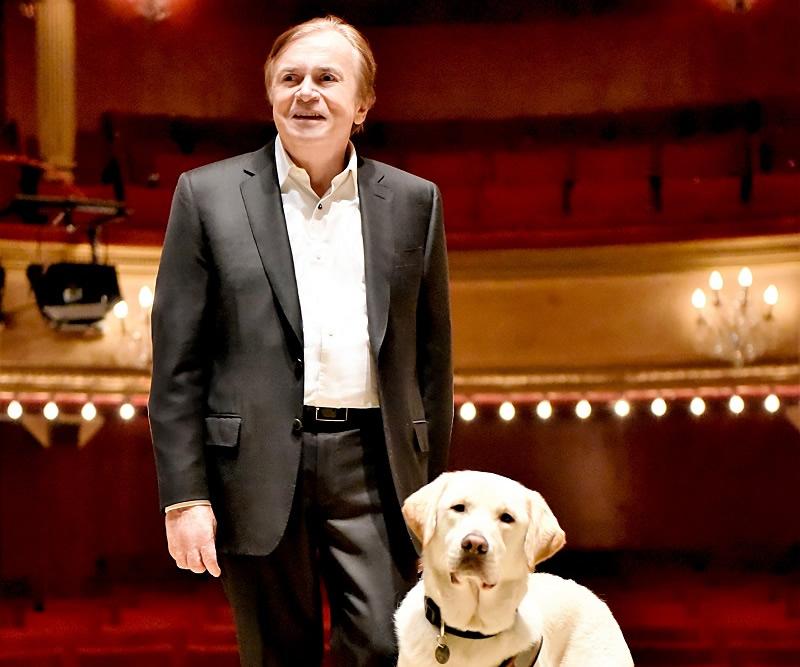 Dominique Dumond et Monty, 1000e chien formé par l'École des Chiens Guides de Paris