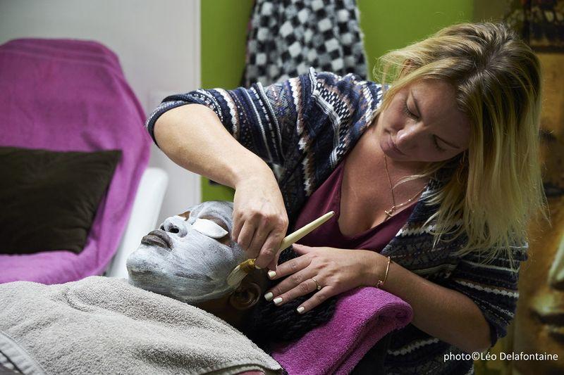 Rachel socio-esthéticienne au salon de beauté solidaire Joséphine