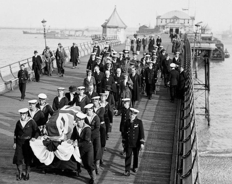 Rapatriement du cercueil d'Edith Cavell (1865-1915), infirmière britannique, exécutée par les Allemands pour avoir permis l'évasion de centaines de soldats alliés de la Belgique. Douvres (Angleterre), mai 1919.