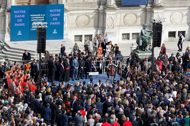 Cérémonie hommage Notre Dame devant l'Hôtel de Ville