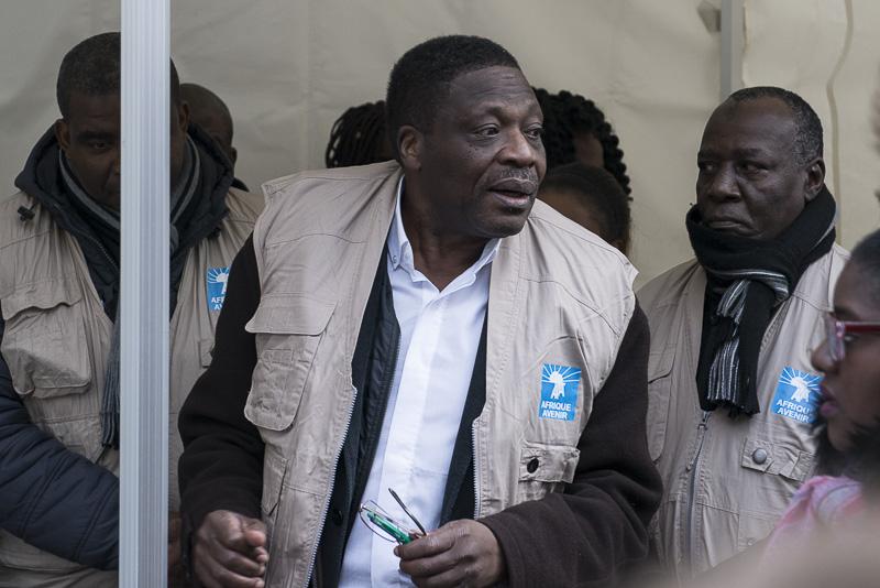 Romain Mbirindi Rudebeka, directeur de l'association Afrique avenir (au centre)