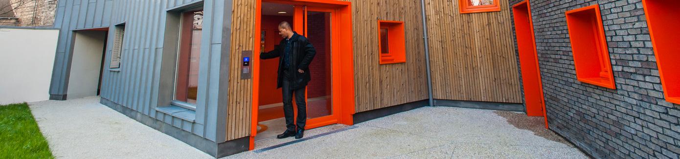 Un locataire devant son logement social au 5-7 passage des Patriarches Paris 5ème