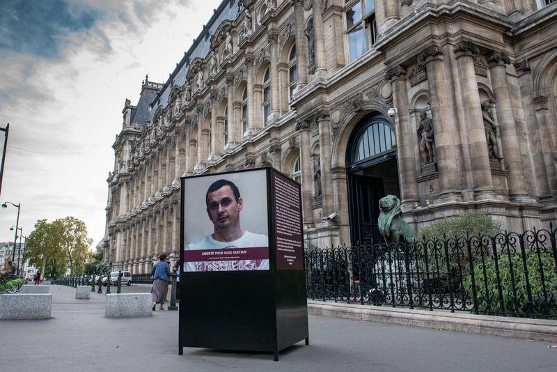 Portrait d'Oleg Sentsov devant l'hôtel de ville