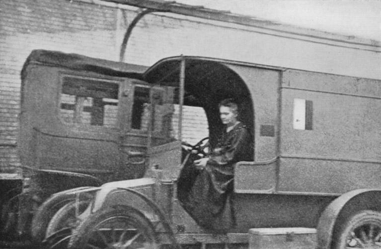 Marie Curie au volant d'une petite Curie