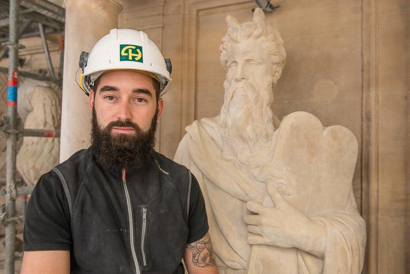 Benjamin, chef d'équipe des tailleurs de pierre à Saint-Augustin devant la statue de Moïse