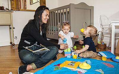 Paris, rue Alésia (14e), Gina garde deux enfants à domicile