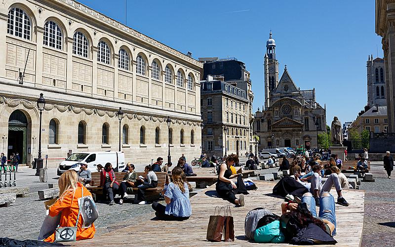 Etudiants sur la nouvelle place du Panthéon