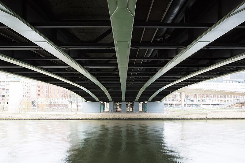 Pont de Grenelle, construit de 1966 à 1968 par les ingénieurs Thenault, Grattesat et Pil