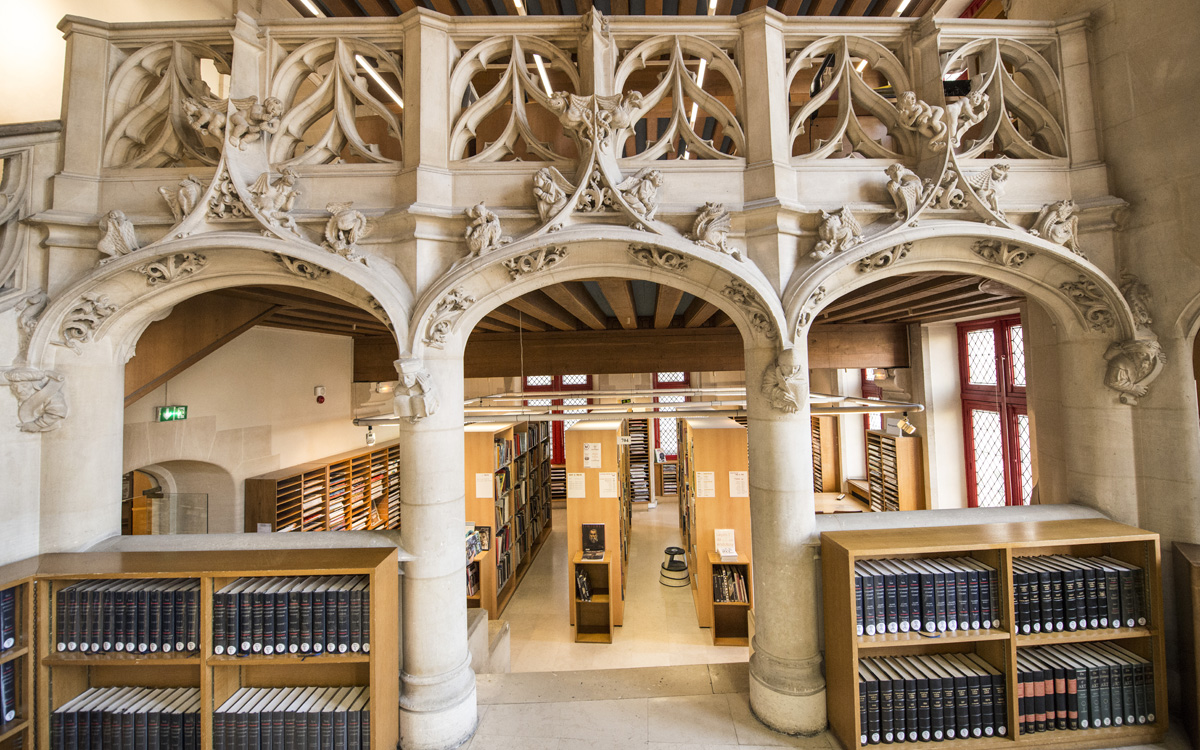 Avec son architecture classique, l'hôtel de Sens héberge la bibliothèque Forney depuis 1886.