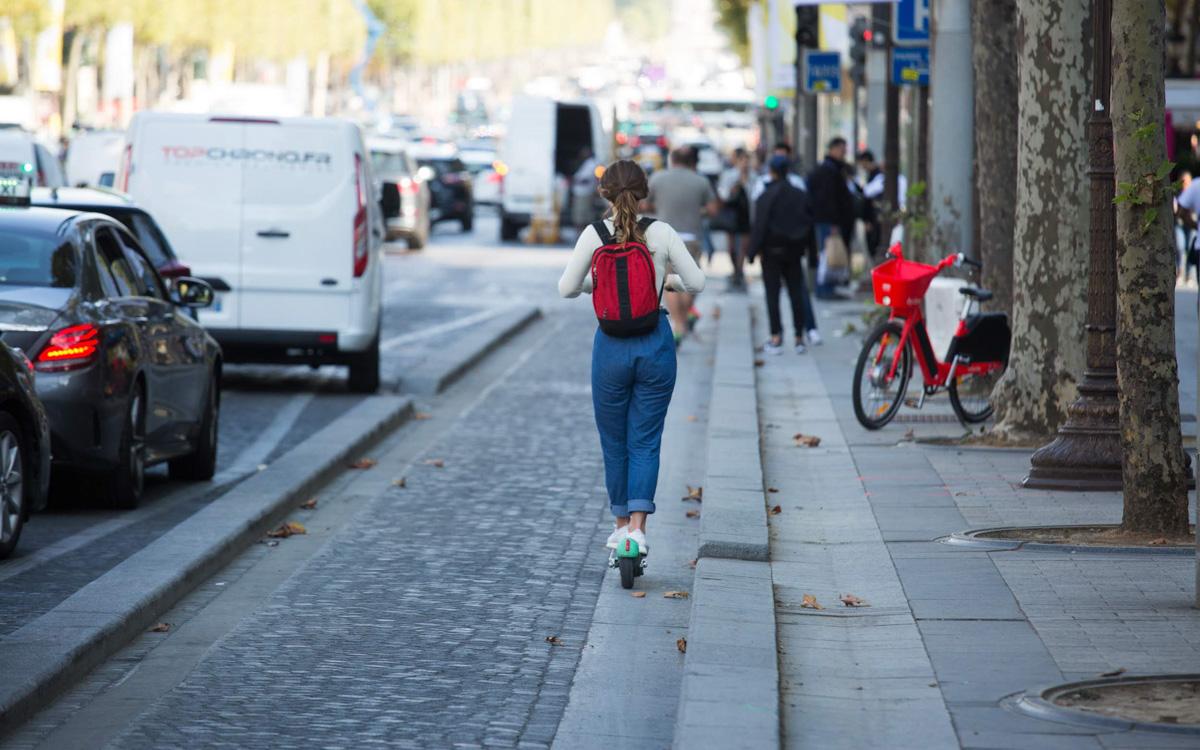 Trotinette sur une piste cyclable des Champs-Elysées