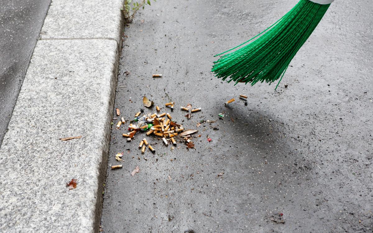 Nettoyage de mégots dans une rue