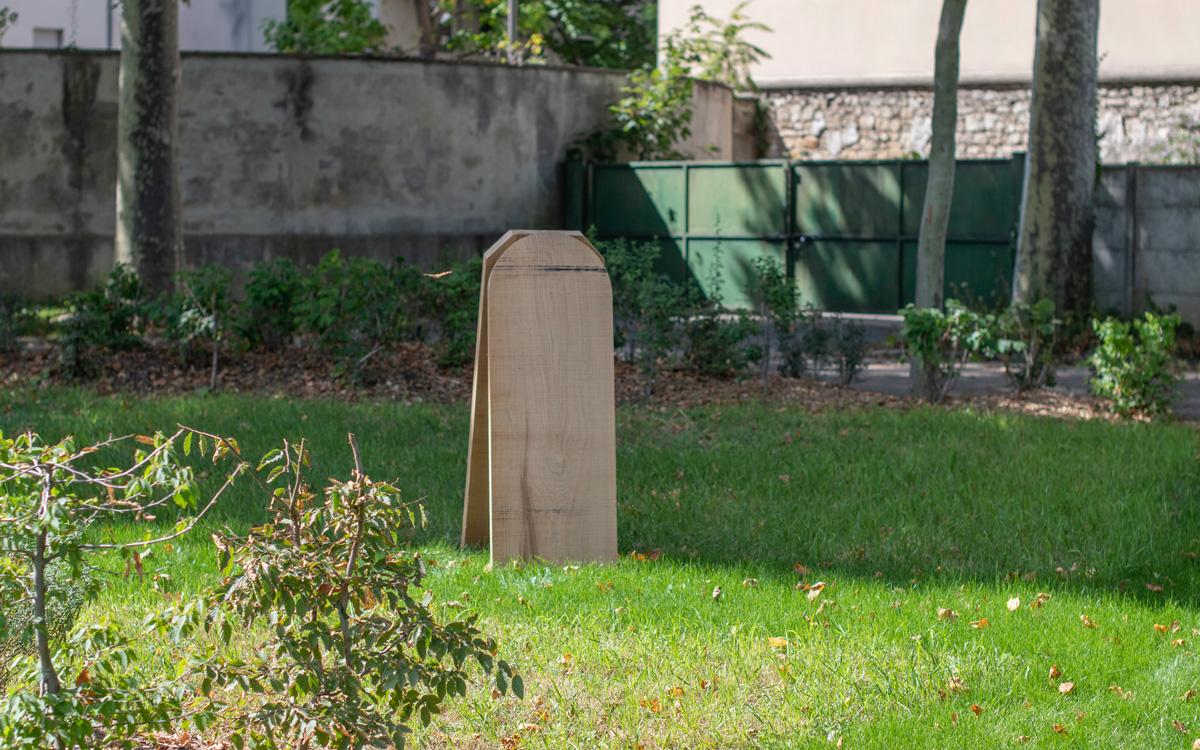 Stèle en bois pour un cimetière écologique