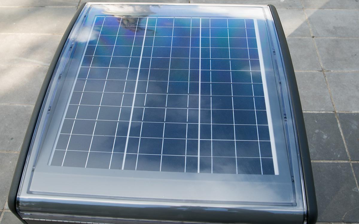 Panneau photovoltaïque d'une poubelle compactante