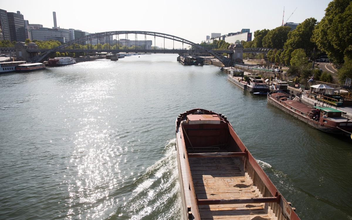 Péniche allant vers le Pont d' Austerlitz