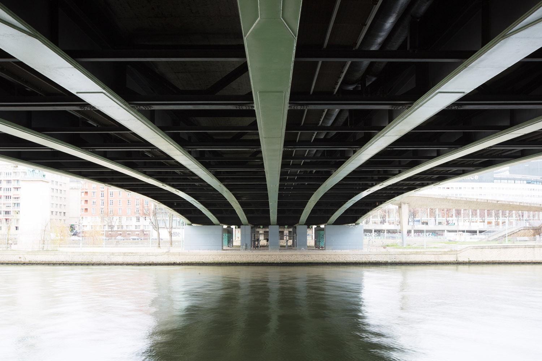 Pont de Grenelle, construit de 1966 à 1968 par les ingénieurs Thenault, Grattesat et Pilon et les architectes Chauvel, Creuzot et Jabouille