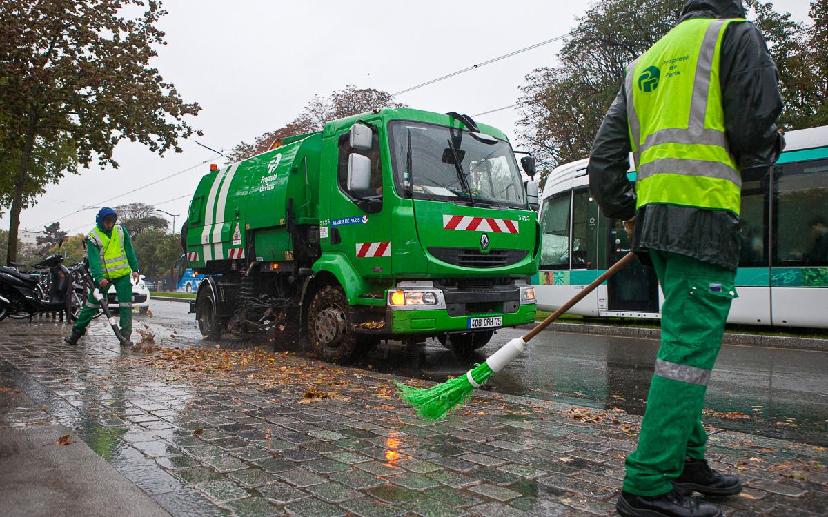 Nettoyage des feuilles dans une avenue de Paris