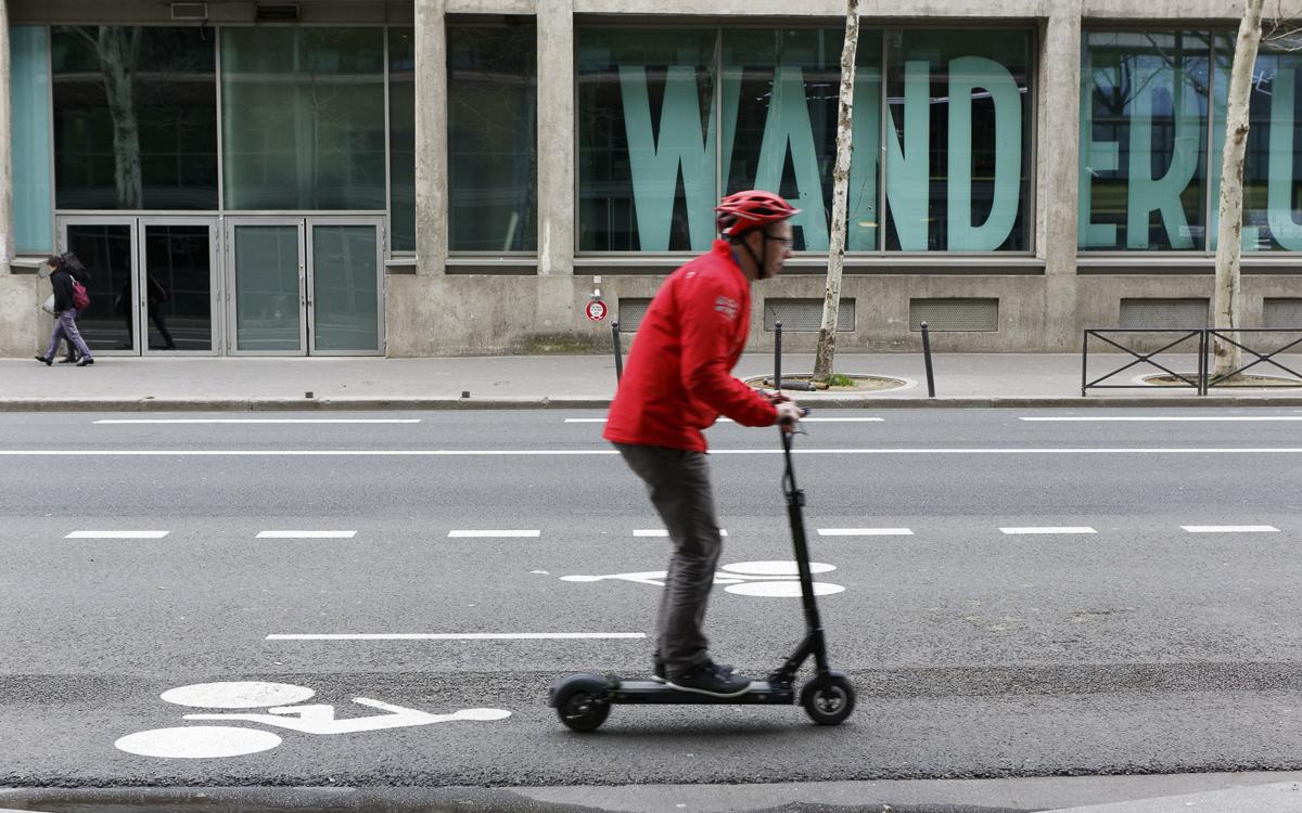 """Trottinette sur une piste cyclable bidirectionnelle sur la rive gauche  dans le cadre de l'opération """"Paris fête le printemps"""""""