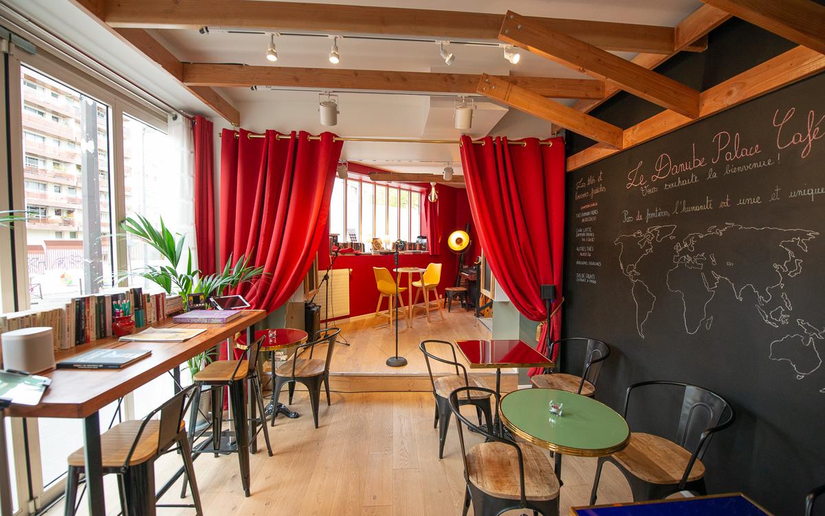 La salle principale du Danube palace café 12 rue de la solidarité 75019