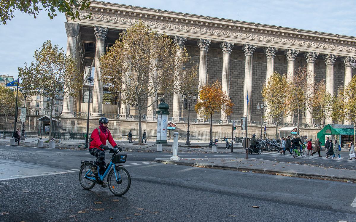 Cycliste passant devant la place de la Madeleine