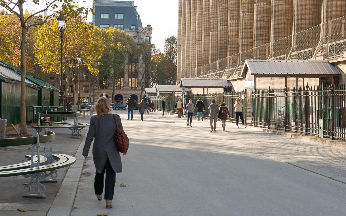 Parisiens marchant sur la place de la Madeleine