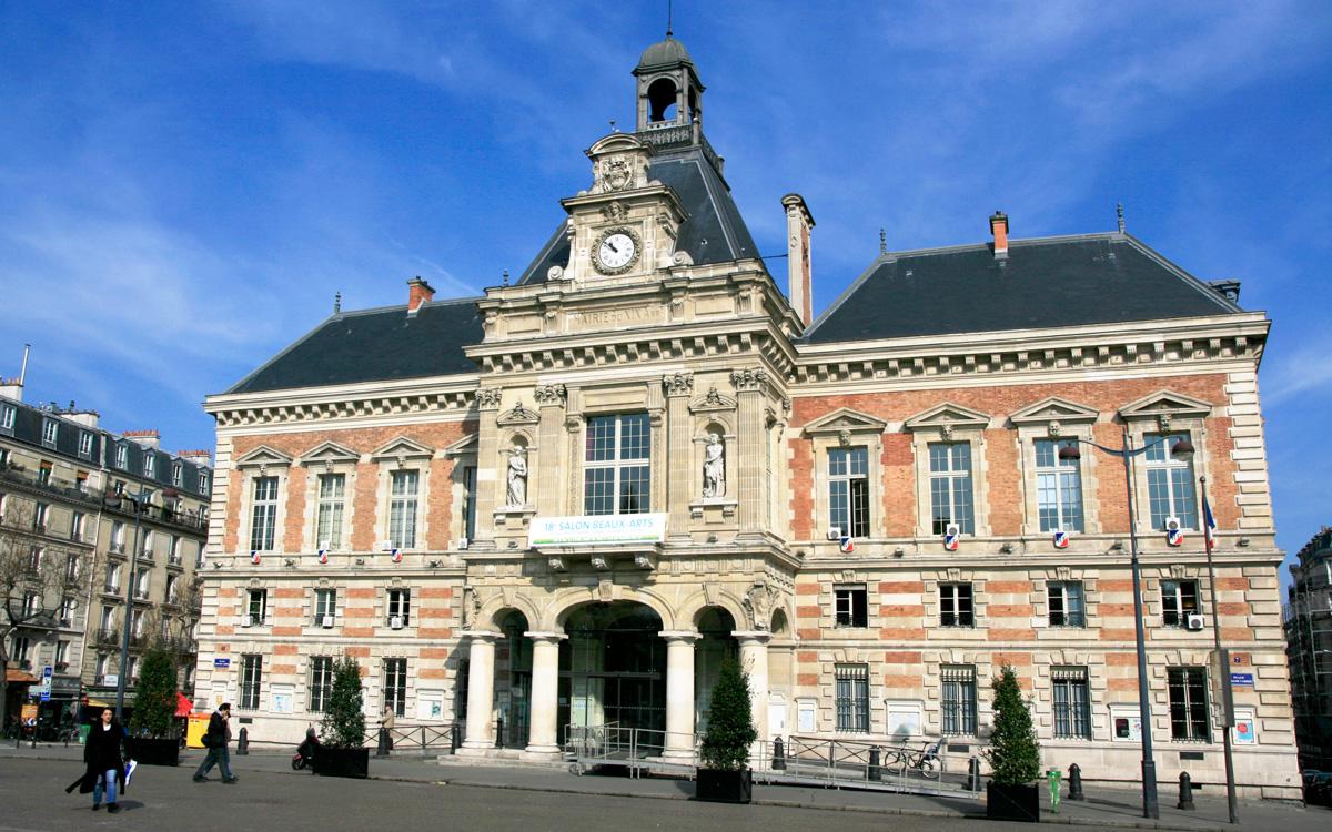 Façade de la mairie du 19ème place Armand Carrel