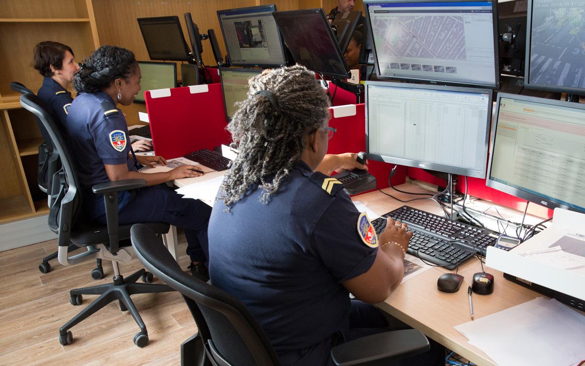 Agents de Surveillance de Paris dans une salle de vidéo-surveillance