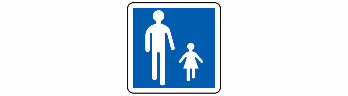 Aire piétonne : ici les cyclistes peuvent circuler sous certaines conditions : pied à terre ou à l'allure du pas