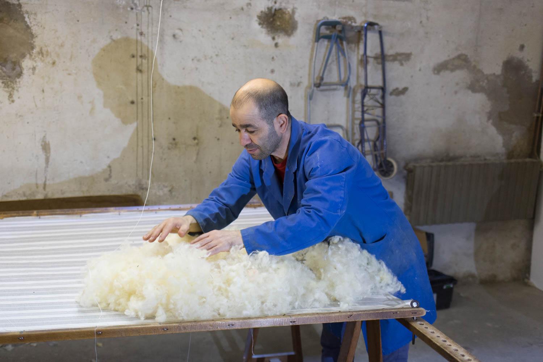 """""""La laine était lavée et séchée au soleil, puis tirée à la main pour lui donner l'élasticité.Ensuite on l'étendait sur le tissu, de la même façon qu'on le fait aujourd'hui"""""""