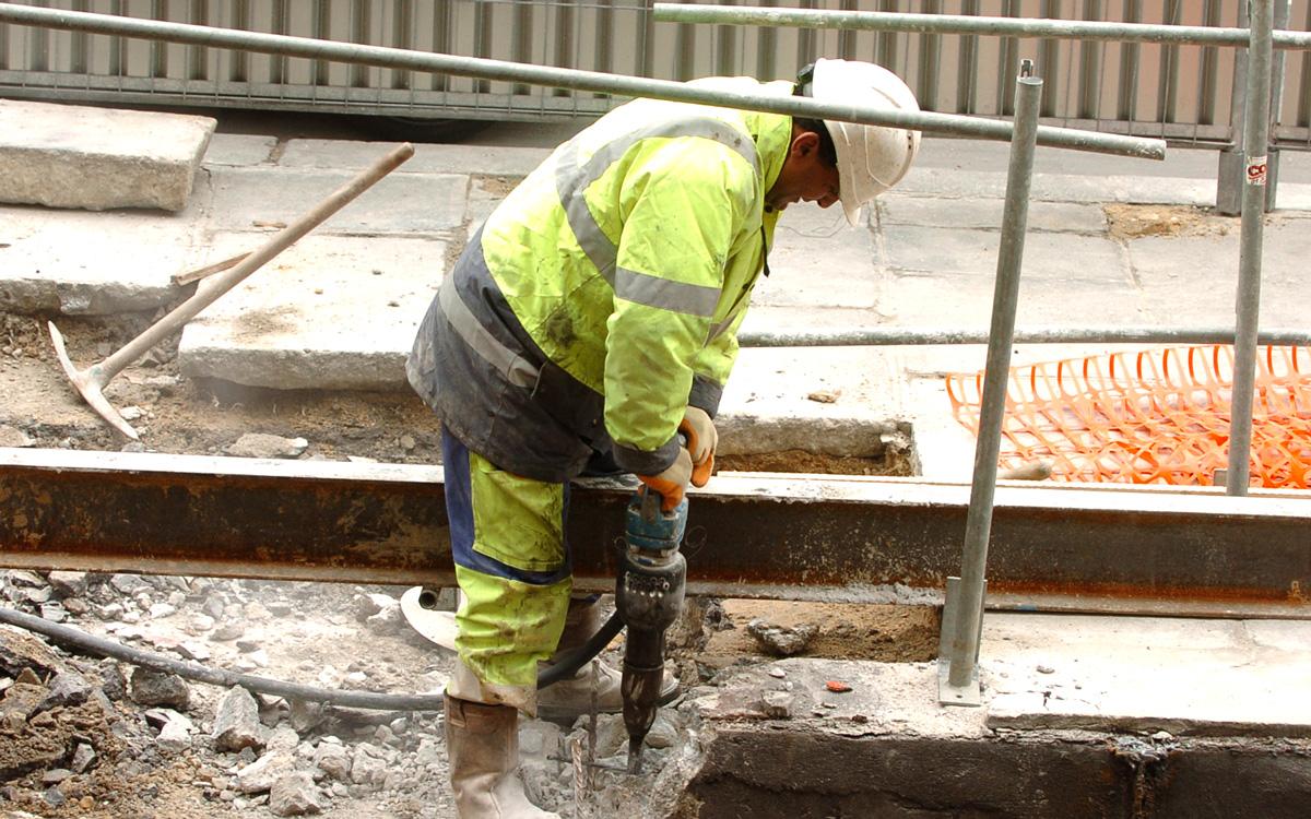 Ouvrier utilisant un marteau-piqueur