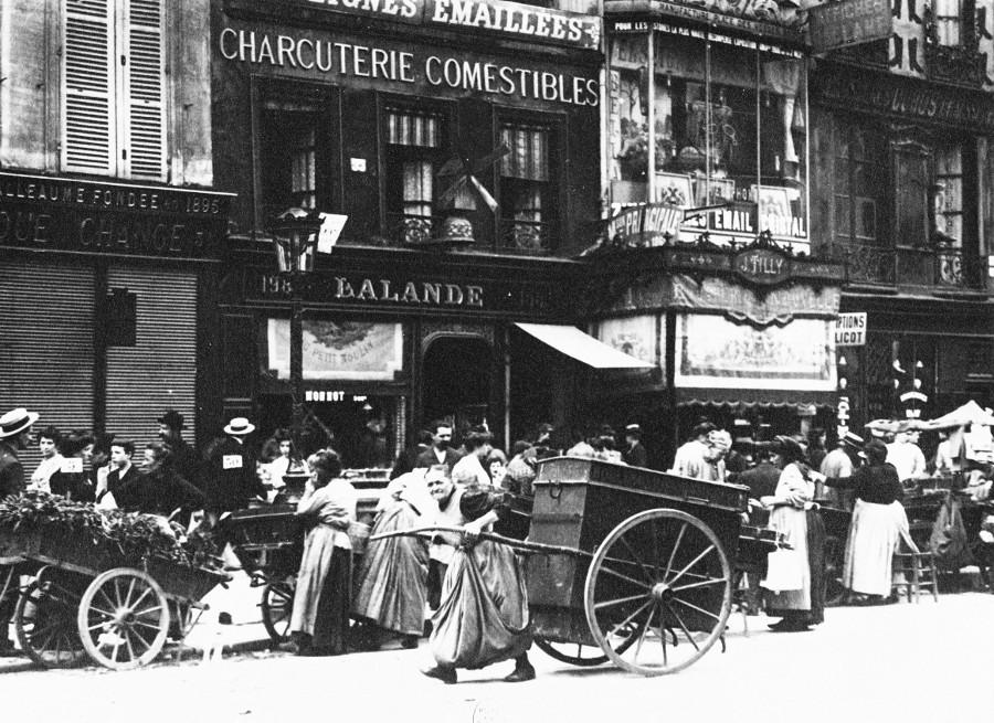 Porteuse de pain, rue Saint-Antoine.