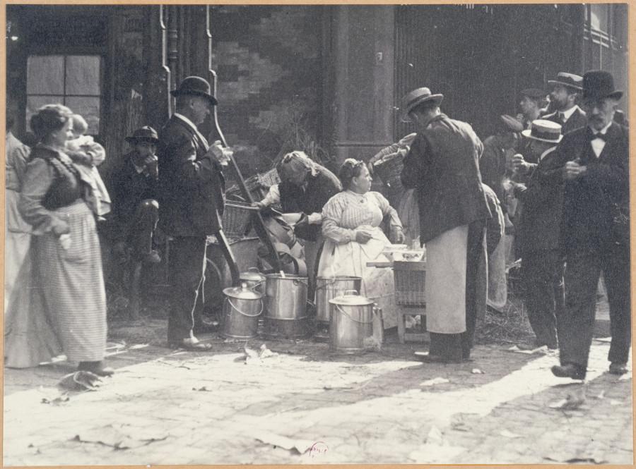 Marchande de soupe  dans une rue de Paris