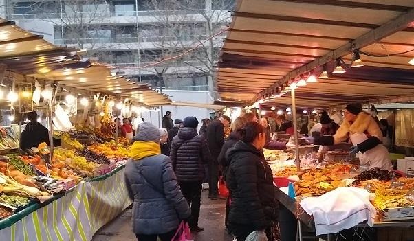 étals dans un marché parisien