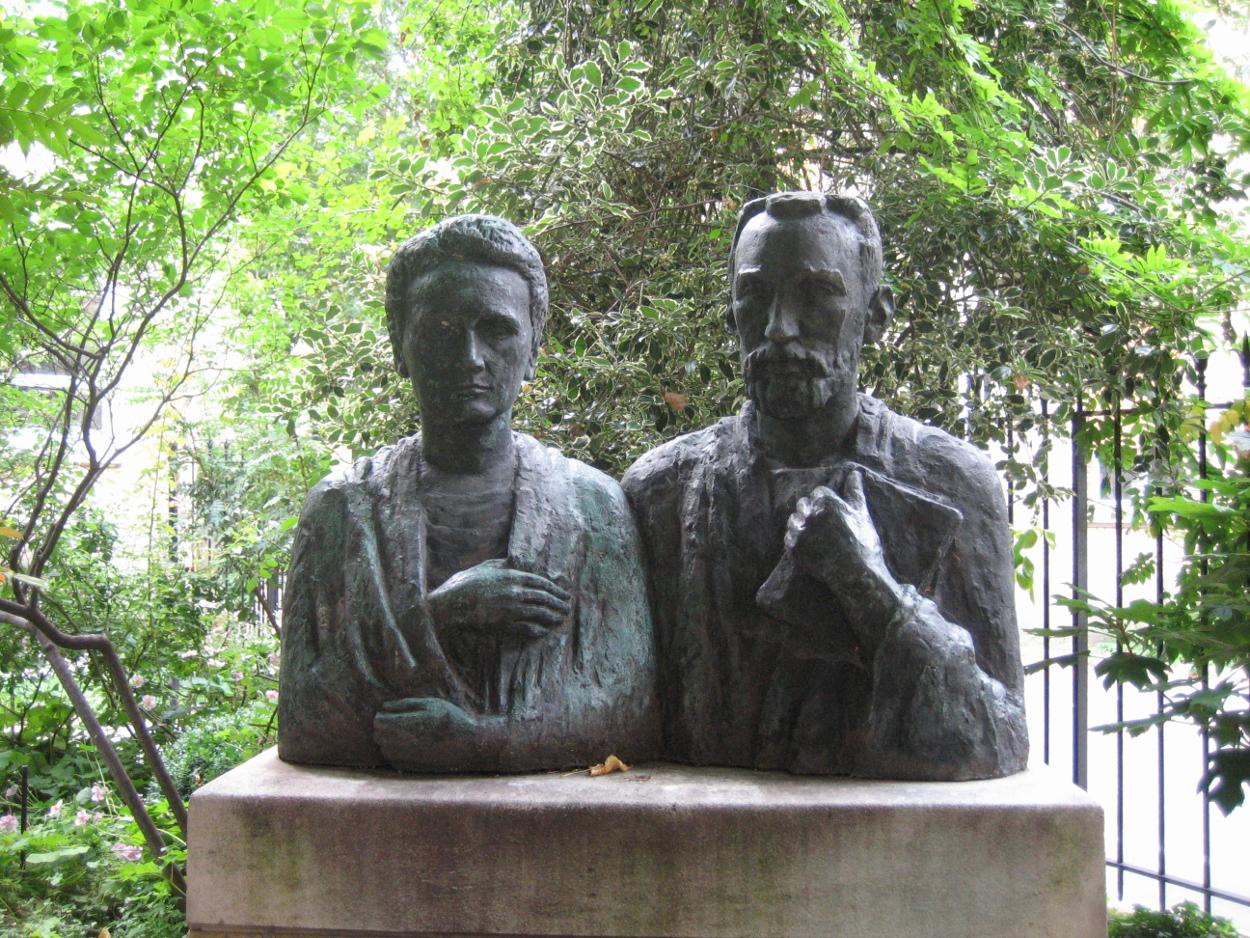 Statue de Pierre et Marie Curie dans le jardin du Musée Curie