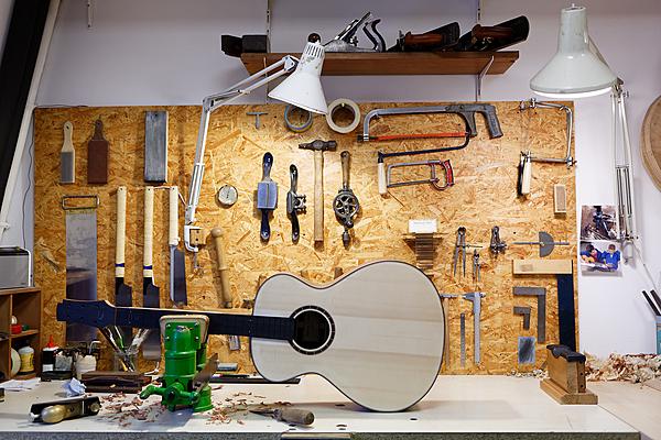 Une des guitares d'Adrien prend naissance sur l'établi.
