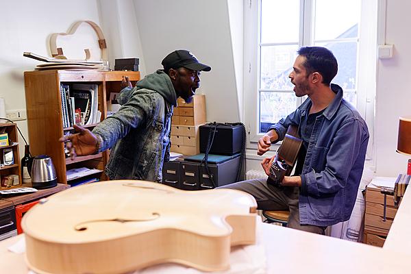 Répétition à l'atelier avec Miraculeux, chanteur du groupe Kacekode.