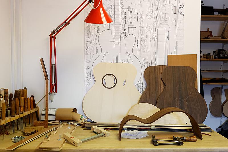 Les différentes pièces d'une fabrication de guitare folk.