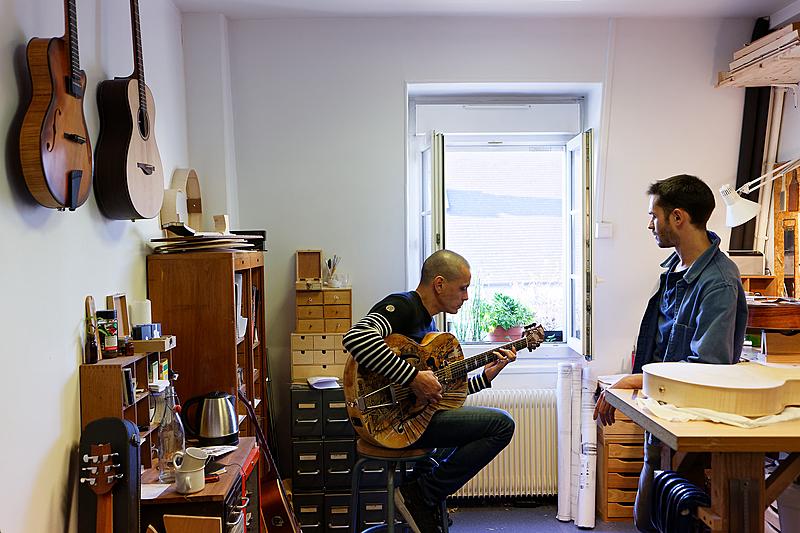 Visite de Ghali Hadefi (musicien multi-instrumentiste fondateur du Collectif swing manouche) pour la création de sa nouvelle guitare archtop.