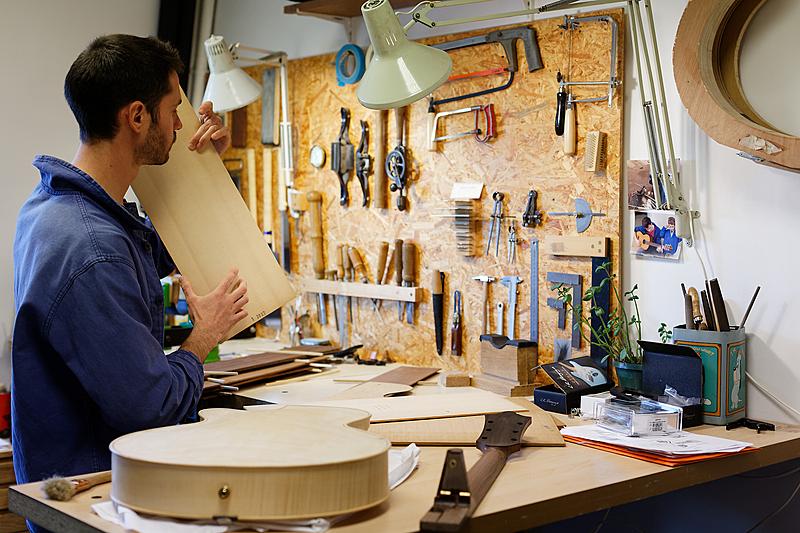 Sélection du bois d'épicéa pour un futur instrument.