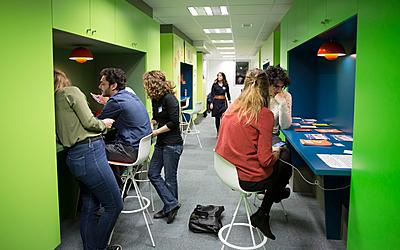 Etudiants dans un espace de coworking