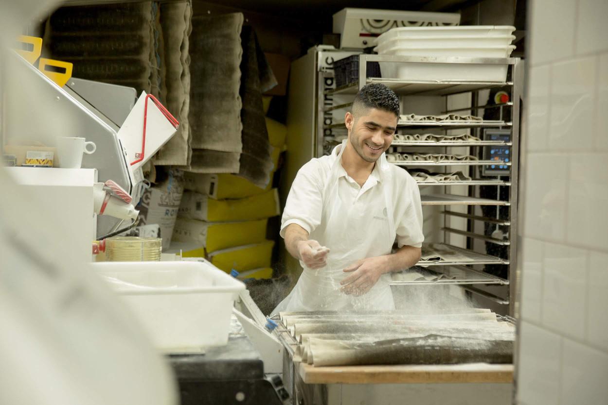Taieb Sahal chef boulanger dans son fournil aux Saveurs de Pierre Demours – 13, rue Pierre Demours 17e