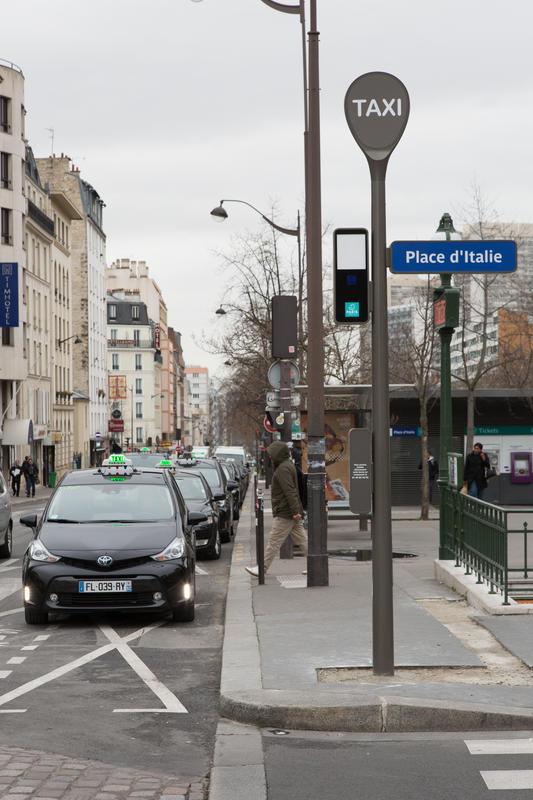 Taxi en attente devant la nouvelle borne d'appel taxi place d'Italie